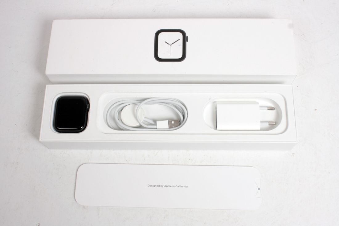 NEW OPEN BOX APPLE Watch Series 4 A1978 GPS 44mm Space Gray /W Black Band MU6D2TU/A